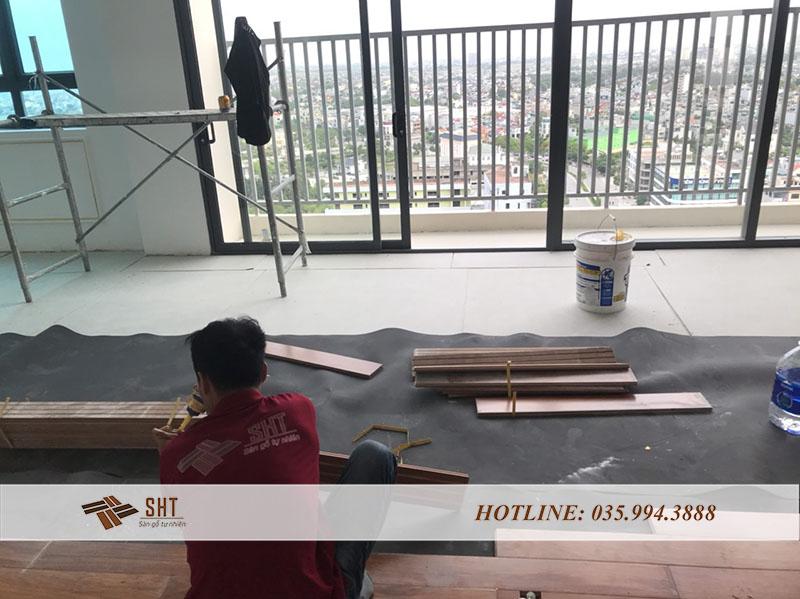 Lắp đặt sàn từ phía góc phòng ra ngoài làm nổi bật vân gỗ
