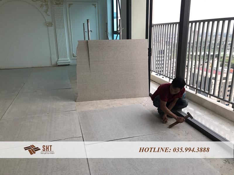 Trải một lớp lót chống ẩm trước khi lắp sàn