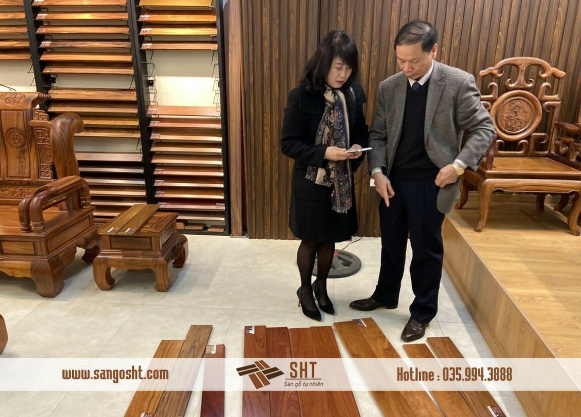 Quý khách hàng đang xem sàn gỗ tại SHT