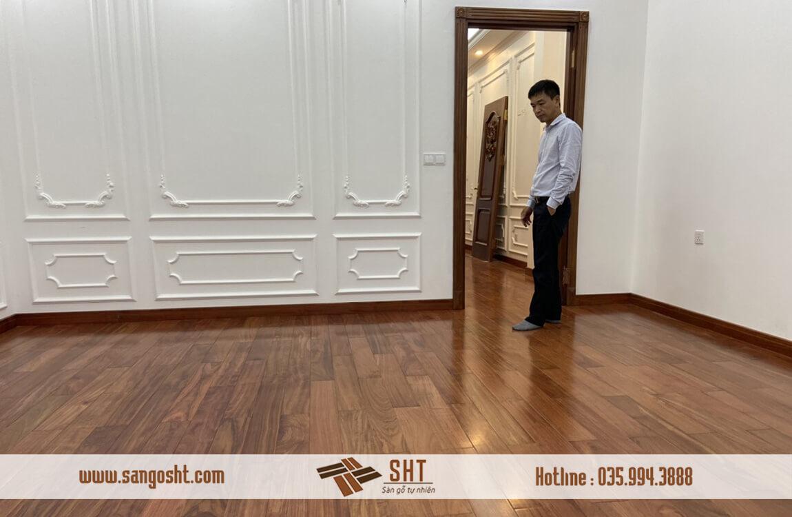 Anh Quang đang đi kiểm tra chất lượng sàn gỗ