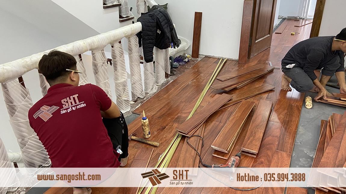 Đội ngũ thi công đang hoàn thiện dần sàn gỗ